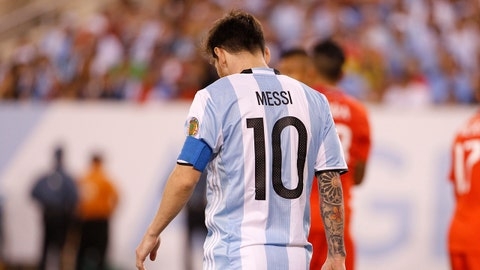 EAST RUTHERFORD, NEW JERSEY - JUNE 26: Lionel Messi of Argentina during the championship match between Argentina and Chile at MetLife Stadium as part of Copa America Centenario US 2016 on June 26, 2016 in East Rutherford, New Jersey, US. Chile won the Copa America Centenario US 2016 Championship on in penalty shootout 4-2. (Photo by Chris Szagola/LatinContent/Getty Images)