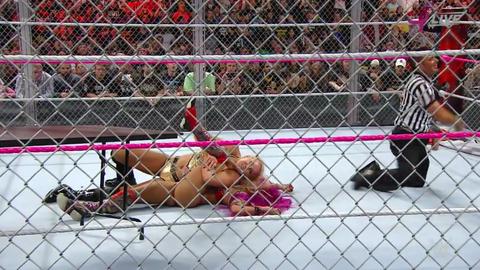 Charlotte defeats Sasha Banks to win the Raw Women's Championship