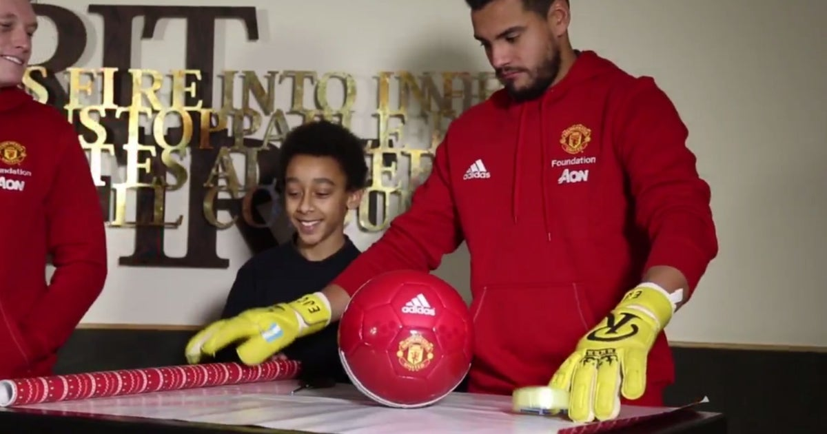 Manchester United S Keepers Try To Wrap Gifts With Their