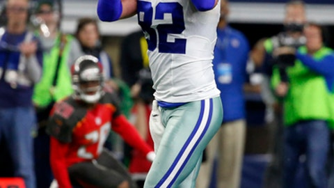 Dallas Cowboys tight end Jason Witten (82) makes his third catch of the game against the Tampa Bay Buccaneers in the first half of an NFL football game, Sunday, Dec. 18, 2016, in Arlington, Texas. (AP Photo/Michael Ainsworth)