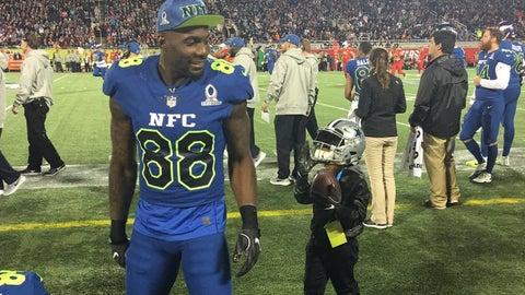 Watch Ezekiel Elliott Tackle A Fan During Pro Bowl