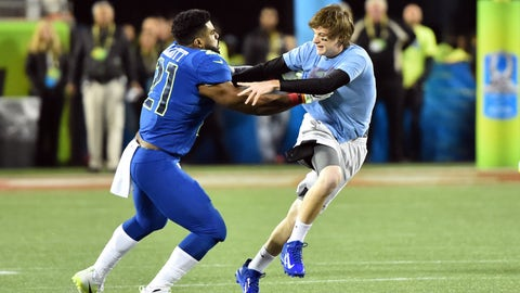 Ezekiel Elliott plays security guard, tackles fan on Pro Bowl field