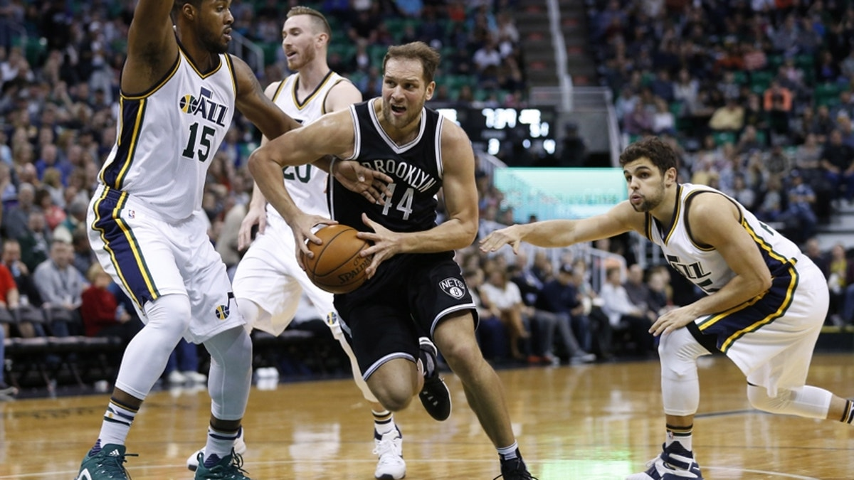 9144734-raul-neto-derrick-favors-nba-brooklyn-nets-utah-jazz-1.vresize.1200.675.high.0