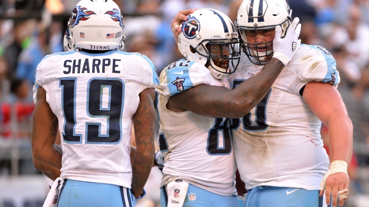 9660105-ben-jones-delanie-walker-nfl-tennessee-titans-san-diego-chargers.vresize.1200.675.high.0