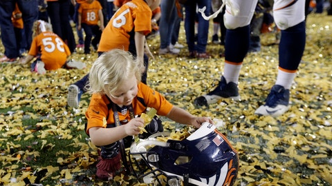 Tyler Polumbus' daughter Lydia collects confetti (Super Bowl 50)