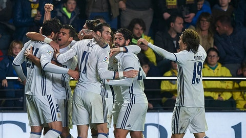 VILLARREAL, SPAIN - FEBRUARY 26:  Alvaro Morata (L) of Real Madrid celebrates with his teammates after scoring a goal during the La Liga match between Villarreal CF and Real Madrid at Estadio de la Ceramica on February 26, 2017 in Villarreal, Spain.  (Photo by Fotopress/Getty Images)