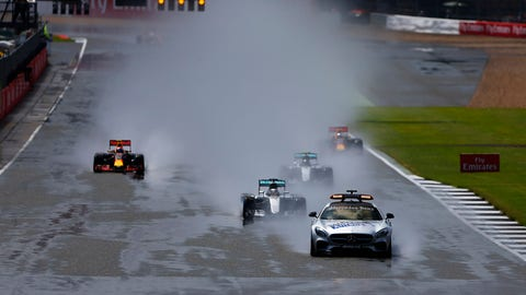 Wet-weather race starts