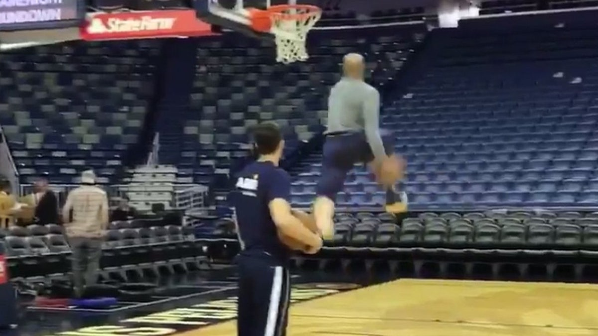 40-year-old Vince Carter proves he can still throw down with the best of them