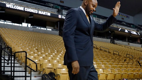 Cuonzo Martin waves as he walks out to be formally introduced as the new basketball coach at Missouri, Monday, March 20, 2017, in Columbia, Mo. Martin has spent the past three seasons as coach at California and comes to Missouri with hopes he can revive the struggling program. (AP Photo/Jeff Roberson)