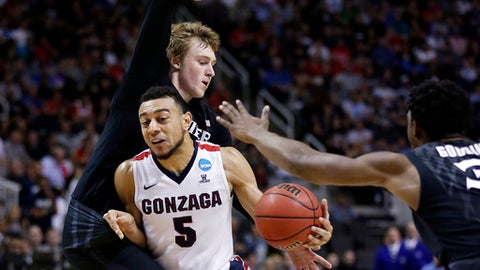 Gonzaga guard Nigel Williams-Goss (5) dribbles between Xavier guard J.P. Macura, left, and Quentin Goodin during the first half of an NCAA Tournament college basketball regional final game Saturday, March 25, 2017, in San Jose, Calif. (AP Photo/Tony Avelar)