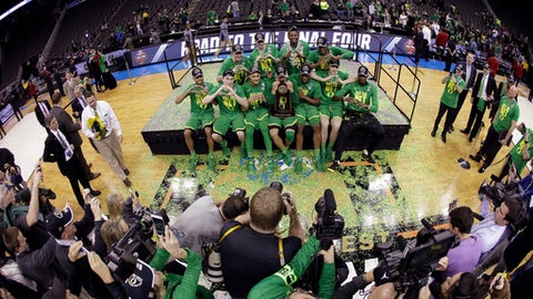 """Oregon players make the letter """"O"""" after the Midwest Regional final against Kansas in the NCAA men's college basketball tournament, Saturday, March 25, 2017, in Kansas City, Mo. Oregon won 74-60. (AP Photo/Charlie Riedel)"""