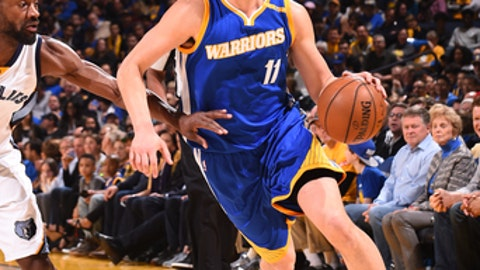OAKLAND, CA - MARCH 26:  Klay Thompson #11 of the Golden State Warriors drives to the basket against the Memphis Grizzlies on March 26, 2017 at ORACLE Arena in Oakland, California. NOTE TO USER: User expressly acknowledges and agrees that, by downloading and or using this photograph, user is consenting to the terms and conditions of Getty Images License Agreement. Mandatory Copyright Notice: Copyright 2017 NBAE (Photo by Noah Graham/NBAE via Getty Images)
