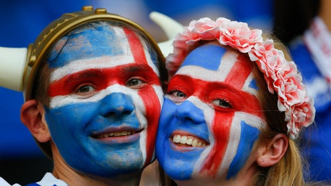 NICE, FRANCE - JUNE 27: Fans enjoy the atmosphere prior to the UEFA Euro 2016 Round of 16 football match between Iceland and England at Stade de Nice in Nice, France on June 27, 2016. (Photo by Evren Atalay/Anadolu Agency/Getty Images)