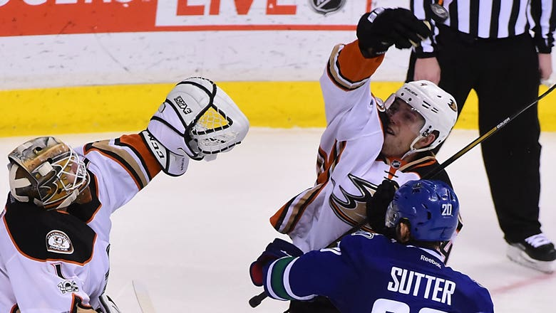 Ducks beat Canucks for 5th win in a row
