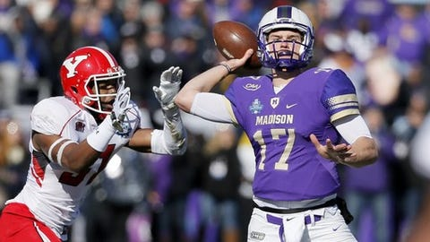 Youngstown State cornerback David Rivers (31) pressures as James Madison quarterback Bryan Schor (17) throws a touchdown pass in the first half of the FCS championship NCAA college football game, Saturday, Jan. 7, 2017, in Frisco, Texas. (AP Photo/Tony Gutierrez)