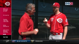 Tech Talk: Reds starter Scott Feldman shows Chris Welsh his curve