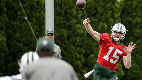 New York Jets quarterback Josh McCown, right, throws a pass during the team's organized team activities at its NFL football training facility, Tuesday, May 23, 2017, in Florham Park, N.J. (AP Photo/Julio Cortez)