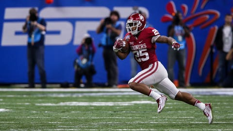 NEW ORLEANS, LA - JANUARY 02:  Oklahoma Sooners running back Joe Mixon (25) runs free during the game between the Auburn Tigers and the Oklahoma Sooners  on January 02, 2017 at the Mercedes-Benz Superdome in New Orleans, LA. Oklahoma Sooners won 35-19. (Photo by Stephen Lew/Icon Sportswire via Getty Images)