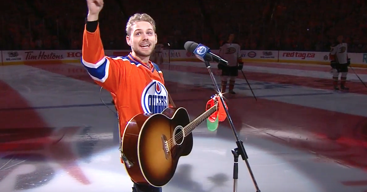 Fans in Edmonton sing American anthem after microphone malfunctions | FOX Sports