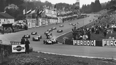 The field heads away for the start of the 1960 Belgian GP. (Photo: LAT Photographic)