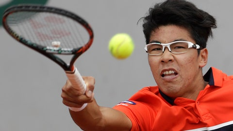 Nishikori outlasts Chung at French Open