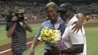 Emmitt Smith surprises sister at Rays game