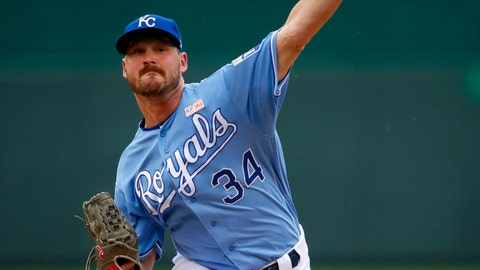 Royals, Twins split doubleheader Saturday