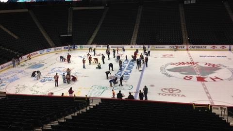PHOTOS: Wild fans paint the ice