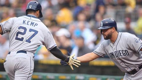 Alonso congratulates Kemp after home run