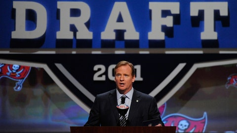 Angry NFL fans let commissioner hear it - 2011