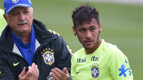 Neymar thwarts training invader … and then takes a few pictures with him