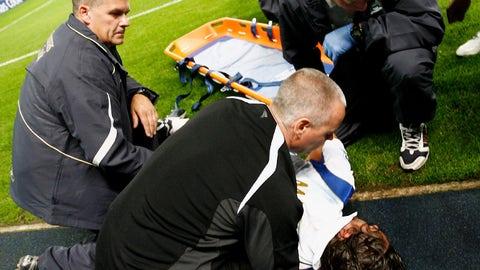 Man City's Ben Thatcher elbows Portsmouth's Pedro Mendes