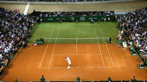 2007: Clay/grass exhibition (Nadal wins 7-5, 4-6, 7-6 (10))