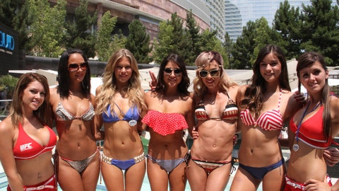 7 wonders of the world: Kenda Perez, Chrissy Blair, Arianny Celeste, Rachelle Leah, and Vanessa Hanson flanked by two Aria girls