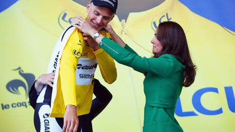 The Duchess presents the Tour's first yellow jersey