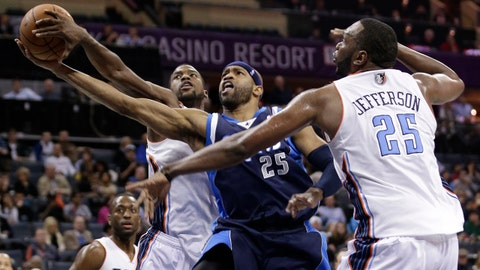Dallas Mavericks' Vince Carter, center, drives past Charlotte Bobcats' Michael Kidd-Gilchrist, left, and Al Jefferson (25) during the second half of an NBA basketball game in Charlotte, N.C., Tuesday, Feb. 11, 2014. The Bobcats won 114-89. (AP Photo/Chuck Burton)