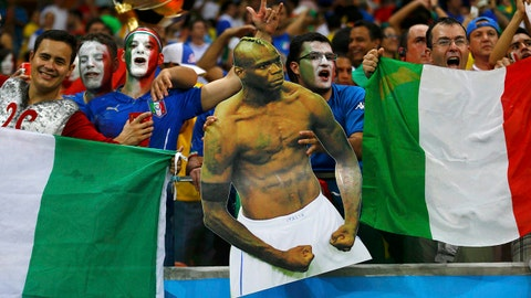Italy fans hold a cutout of Italy's Mario Balotelli during the 2014 World Cup Group D soccer match between England and Italy at the Amazonia arena in Manaus June 14, 2014. REUTERS/Ivan Alvarado (BRAZIL - Tags: SPORT SOCCER WORLD CUP TPX IMAGES OF THE DAY TOPCUP) Picture Supplied by Action Images