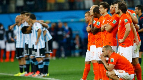 Players of the Netherlands (R) and Argentina react during the penalty shootout in their 2014 World Cup semi-finals at the Corinthians arena in Sao Paulo July 9, 2014.         REUTERS/Darren Staples (BRAZIL  - Tags: SOCCER SPORT WORLD CUP)   