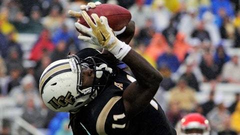 Nov 22, 2014; Orlando, FL, USA; UCF Knights wide receiver Breshad Perriman (11) catches an 18-yard touchdown pass against the Southern Methodist Mustangs in the first half at Bright House Networks Stadium. Mandatory Credit: David Manning-USA TODAY Sports