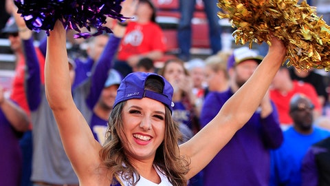 Washington cheerleader