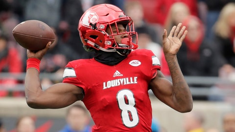 LOUISVILLE, KY - NOVEMBER 26:  Lamar Jackson #8 of the Louisville Cardinals throws a pass during the game against the Kentucky Wildcats at Papa John's Cardinal Stadium on November 26, 2016 in Louisville, Kentucky.  (Photo by Andy Lyons/Getty Images)