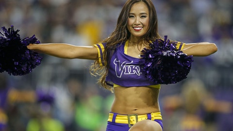 120416-nfl-cheerleaders-vikings