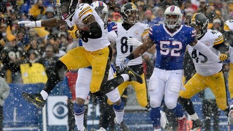 Pittsburgh Steelers running back Le'Veon Bell (26) runs for a touchdown against the Buffalo Bills during the first half of an NFL football game, Sunday, Dec. 11, 2016, in Orchard Park, N.Y. (AP Photo/Adrian Kraus)