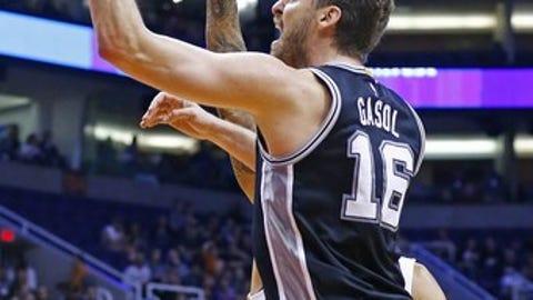 San Antonio Spurs center Pau Gasol, front, shoots over Phoenix Suns center Tyson Chandler during the first half of an NBA basketball game Thursday, Dec. 15, 2016, in Phoenix. (AP Photo/Ross D. Franklin)