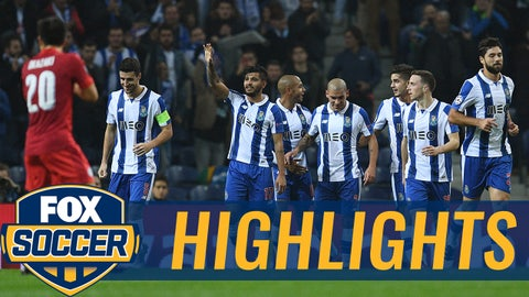 PORTO, PORTUGAL - DECEMBER 07: Jesus Manuel Corona of FC Porto (C) celebrates scoring his sides second goal with his FC Porto team mates during the UEFA Champions League Group G match between FC Porto and Leicester City FC at Estadio do Dragao on December 7, 2016 in Porto, Porto.  (Photo by David Ramos/Getty Images)