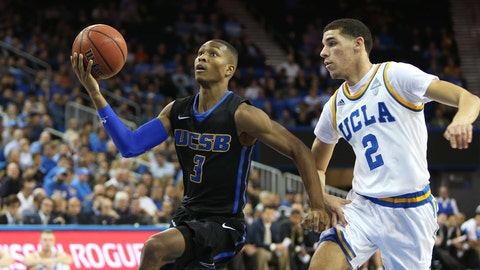 UCSB guard Clifton Powell Jr. drives to the hoop.