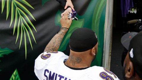 Baltimore Ravens wide receiver Steve Smith (89) hands off his gloves to a fan as he leaves the field after an NFL football game against the Cincinnati Bengals, Sunday, Jan. 1, 2017, in Cincinnati. The Bengals won 27-10. (AP Photo/Frank Victores)