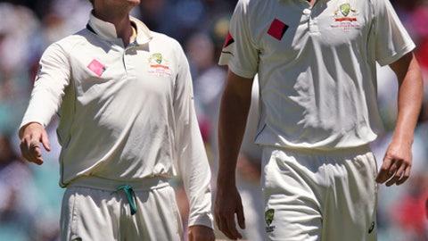 Australia's captain Steven Smith, left, instructs his bowler Josh Hazlewood during their cricket test match against Pakistan in Sydney, Australia, Saturday, Jan. 7, 2017. (AP Photo/Rick Rycroft)