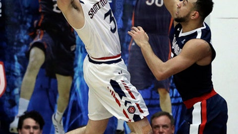 Saint Mary's Emmett Naar, left, looks to pass away from Gonzaga's Nigel Williams-Goss during the second half of an NCAA college basketball game Saturday, Feb. 11, 2017, in Moraga, Calif. (AP Photo/Ben Margot)