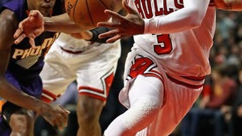 CHICAGO, IL - FEBRUARY 24: Dwyane Wade #3 of the Chicago Bulls drives to the basket against the Phoenix Suns at the United Center on February 24, 2017 in Chicago, Illinois. NOTE TO USER: User expressly acknowledges and agrees that, by downloading and/or using this photograph, user is consenting to the terms and conditions of the Getty Images License Agreement. (Photo by Jonathan Daniel/Getty Images)